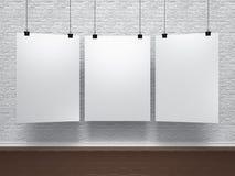 Άσπρες αφίσες στο τουβλότοιχο Στοκ εικόνα με δικαίωμα ελεύθερης χρήσης