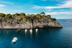 Άσπρες βάρκες γιοτ στον κόλπο Φύση Calanques στην κυανή ακτή Στοκ εικόνες με δικαίωμα ελεύθερης χρήσης