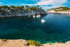 Άσπρες βάρκες γιοτ στον κόλπο Calanques στην κυανή ακτή της Γαλλίας Στοκ Εικόνες