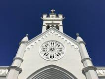 Άσπρες βοήθειες εκκλησιών με τα μπλε στοκ φωτογραφία με δικαίωμα ελεύθερης χρήσης