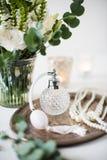 Άσπρες γαμήλιο ντεκόρ, άρωμα, χάντρες μαργαριταριών και ανθοδέσμη των λουλουδιών στοκ εικόνες