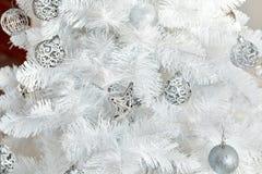 Άσπρες διακοσμήσεις Χριστουγέννων στο στούντιο Στοκ Εικόνες