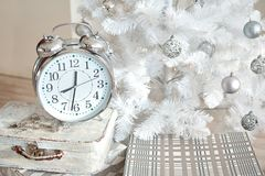 Άσπρες διακοσμήσεις Χριστουγέννων στο στούντιο Στοκ εικόνα με δικαίωμα ελεύθερης χρήσης