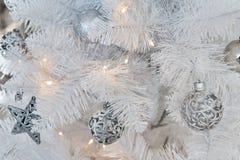 Άσπρες διακοσμήσεις Χριστουγέννων στο στούντιο Στοκ Εικόνα