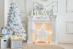 Άσπρες διακοσμήσεις Χριστουγέννων στο στούντιο Στοκ Φωτογραφία