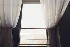 Άσπρες διαφανείς κουρτίνες σε ένα μεγάλο παράθυρο στοκ φωτογραφίες με δικαίωμα ελεύθερης χρήσης