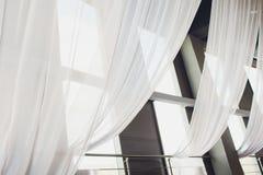 Άσπρες διαφανείς κουρτίνες σε ένα μεγάλο παράθυρο στοκ φωτογραφίες