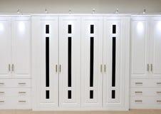Άσπρες εγκατεστημένες πόρτες ντουλαπών Στοκ Εικόνα