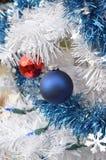 Άσπρες εκλεκτής ποιότητας διακοσμήσεις σφαιρών Χριστουγέννων κόκκινες και μπλε Στοκ φωτογραφίες με δικαίωμα ελεύθερης χρήσης