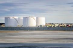 Άσπρες δεξαμενές βενζίνης μια χειμερινή ημέρα στοκ φωτογραφία