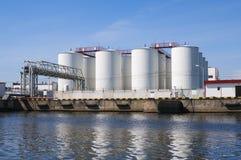 Άσπρες δεξαμενές για τη βενζίνη και το πετρέλαιο στοκ φωτογραφίες