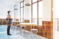 Άσπρες εσωτερικές, διασκέψεις στρογγυλής τραπέζης καφέδων, άτομο στοκ φωτογραφία με δικαίωμα ελεύθερης χρήσης