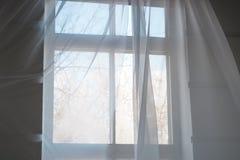 Άσπρες διαφανείς κουρτίνες στο παράθυρο με το μπλε ουρανό άνοιξη Στοκ εικόνες με δικαίωμα ελεύθερης χρήσης