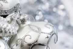 Άσπρες και ασημένιες διακοσμήσεις Χριστουγέννων ελεφαντόδοντου Στοκ Φωτογραφία
