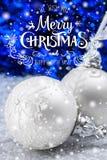 Άσπρες και ασημένιες σφαίρες Χριστουγέννων στο σκούρο μπλε υπόβαθρο Στοκ εικόνες με δικαίωμα ελεύθερης χρήσης