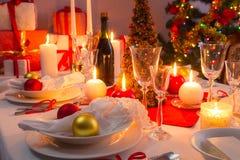 Άσπρες και κόκκινες διακοσμήσεις στον πίνακα Χριστουγέννων στοκ εικόνες με δικαίωμα ελεύθερης χρήσης