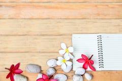 Άσπρες και κόκκινες λουλούδι και πέτρα Plumeria στο ξύλινο πιάτο Στοκ εικόνα με δικαίωμα ελεύθερης χρήσης