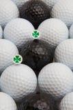 Άσπρες και μαύρες σφαίρες γκολφ και ξύλινα γράμματα Τ Στοκ φωτογραφίες με δικαίωμα ελεύθερης χρήσης