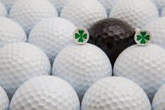 Άσπρες και μαύρες σφαίρες γκολφ και ξύλινα γράμματα Τ Στοκ εικόνα με δικαίωμα ελεύθερης χρήσης
