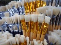 Άσπρες και μπλε βούρτσες για τη ζωγραφική στοκ εικόνες