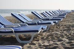 Άσπρες και μπλε ριγωτές καρέκλες στο μέρος 2 παραλιών Στοκ φωτογραφία με δικαίωμα ελεύθερης χρήσης