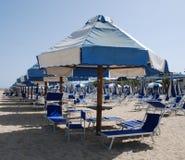 Άσπρες και μπλε ομπρέλες παραλιών Στοκ Εικόνα