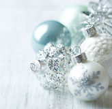 Άσπρες και μπλε σφαίρες Χριστουγέννων Στοκ Εικόνες