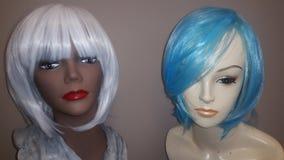 Άσπρες και μπλε χρωματισμένες περούκες στοκ εικόνες