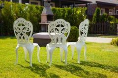 Άσπρες καρέκλες μετάλλων Στοκ εικόνες με δικαίωμα ελεύθερης χρήσης