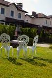 Άσπρες καρέκλες μετάλλων Στοκ φωτογραφία με δικαίωμα ελεύθερης χρήσης