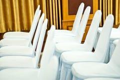 Άσπρες καρέκλες στην αίθουσα με την κουρτίνα Στοκ φωτογραφία με δικαίωμα ελεύθερης χρήσης