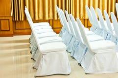 Άσπρες καρέκλες στην αίθουσα με την κουρτίνα Στοκ εικόνα με δικαίωμα ελεύθερης χρήσης