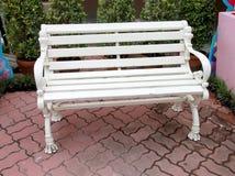 Άσπρες καρέκλες στον κήπο στα πατώματα τούβλου Στοκ φωτογραφία με δικαίωμα ελεύθερης χρήσης