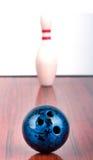 Άσπρες καρφίτσα και σφαίρα μπόουλινγκ Στοκ φωτογραφία με δικαίωμα ελεύθερης χρήσης