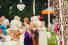 Άσπρες καρδιές ως μέρος ενός γαμήλιου βωμού στοκ εικόνες