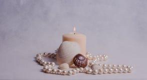 Άσπρες κερί, κοχύλια και χάντρες μαργαριταριών Στοκ φωτογραφία με δικαίωμα ελεύθερης χρήσης