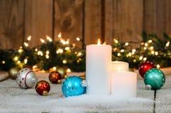 Άσπρες κεριά Χριστουγέννων και διακοσμήσεις διακοπών Στοκ Εικόνες