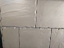 Άσπρες κορυφογραμμές τούβλων τοίχων που φοριούνται Στοκ εικόνα με δικαίωμα ελεύθερης χρήσης