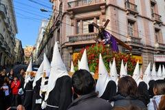 Άσπρες κουκούλες ένδυσης Penitents για τον παραδοσιακό Στοκ εικόνα με δικαίωμα ελεύθερης χρήσης