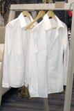 Άσπρες κρεμάστρες πουκάμισων Στοκ φωτογραφίες με δικαίωμα ελεύθερης χρήσης