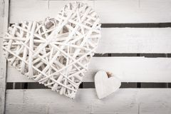 Άσπρες ξύλινες καρδιές σε ένα άσπρο ξύλινο κιβώτιο backround στοκ φωτογραφία με δικαίωμα ελεύθερης χρήσης
