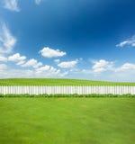 Άσπρες ξύλινες φραγές και ο κήπος στοκ εικόνα με δικαίωμα ελεύθερης χρήσης