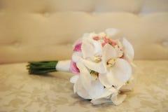 Άσπρες ορχιδέες και ρόδινη γαμήλια ανθοδέσμη τριαντάφυλλων στοκ εικόνα