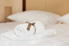 Άσπρες πετσέτες με την καφετιά κορδέλλα στοκ φωτογραφίες