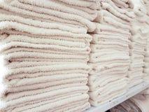 Άσπρες πετσέτες ξενοδοχείων Stackes Στοκ φωτογραφίες με δικαίωμα ελεύθερης χρήσης