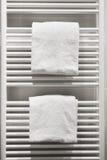 Άσπρες πετσέτες στη θέρμανση του θερμαντικού σώματος στοκ φωτογραφίες με δικαίωμα ελεύθερης χρήσης