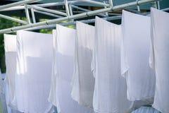 Άσπρες πετσέτες στη σκοινί για άπλωμα Στοκ φωτογραφίες με δικαίωμα ελεύθερης χρήσης