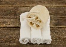 Άσπρες πετσέτες SPA με το σφουγγάρι μασάζ στοκ εικόνες με δικαίωμα ελεύθερης χρήσης