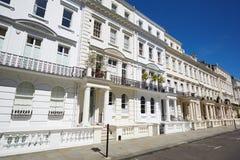 Άσπρες προσόψεις σπιτιών πολυτέλειας στο Λονδίνο στοκ εικόνα