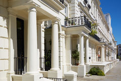 Άσπρες προσόψεις σπιτιών πολυτέλειας στο Λονδίνο, Kensington και τη Chelsea στοκ εικόνα